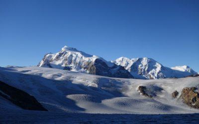 Glacier de Findelen 2018: Ce n'est qu'à de très hautes altitudes, comme dans la région du Mont Rose (sud du Valais), qu'il a été possible de maintenir une partie des grandes quantités de neige hivernale. (Image: M. Huss)